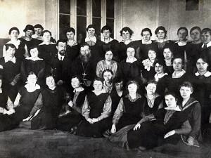 Выпускницы женской гимназии 1915 г., в центре- свящ. И.Ф. Введенский