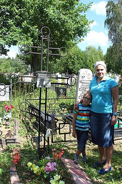Родственники матушки у ее могилы
