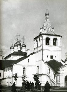 Монахини около Успенской церкви, фото нач. XX в.
