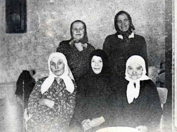Монахиня Магдалина (Брянцева) с прихожанками