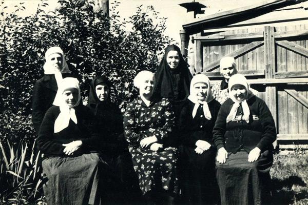Монахини во дворе дома на ул. Кольчугинской, ок. 1970 г.