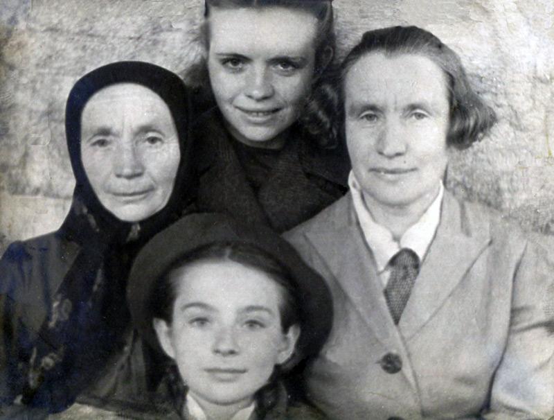Послушница Анна Королева с сестрой учительницей Прасковьей Федоровной Глазуновой и ее дочерьми, ок. 1946 г.