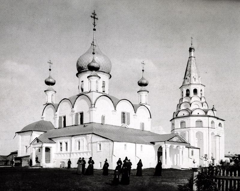 Послушницы у Троицкого собора, нач. ХХ в.