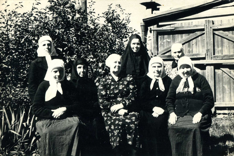 Монахини во дворе дома на ул. Кольчугинской. м. Магдалина (Брянцева) стоит в центре