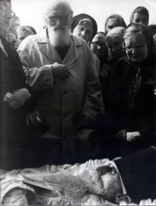 У гроба о. Сергия прот. Андрей Бородачев и его супруга