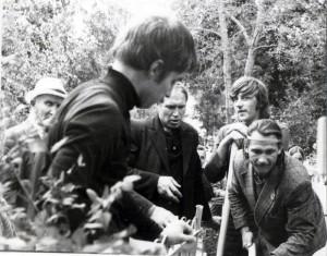 Прихожане копают могилу 1978 август
