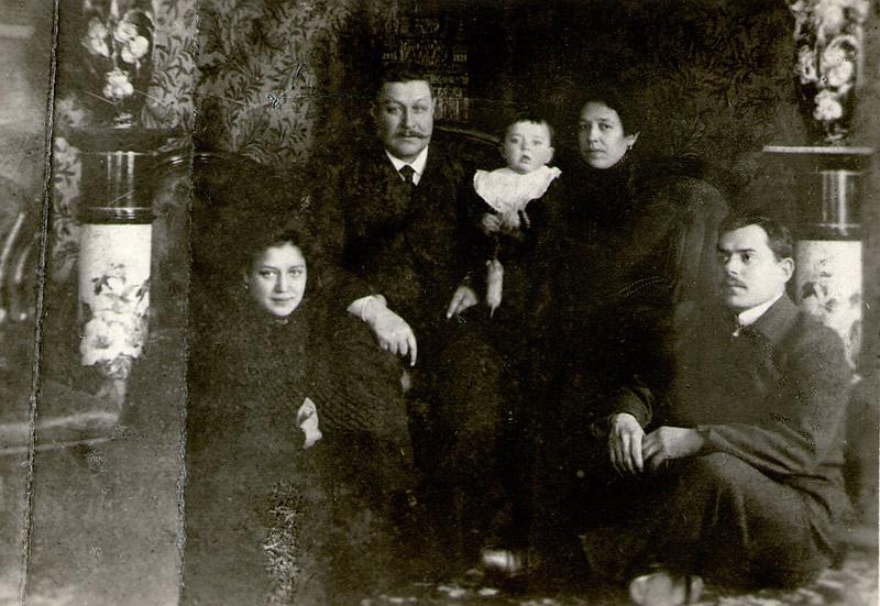 Семья Зензивеевых ок. 1907 г. Младенец Сергей на руках у матери, слева отец. Ниже сестра Ольга и ее муж