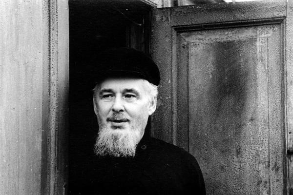 отец Андрей на крыльце своего дома, 1971 год