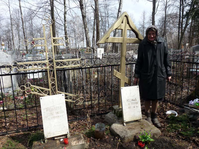 внучка протоиерея Леонида Валентина у его могилы, 2012 г.