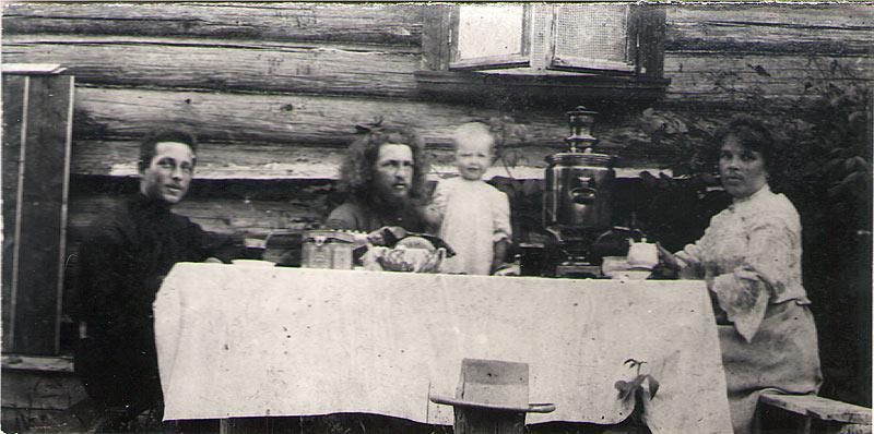 священник Василий Смирнов с семьей у дома в Крутце