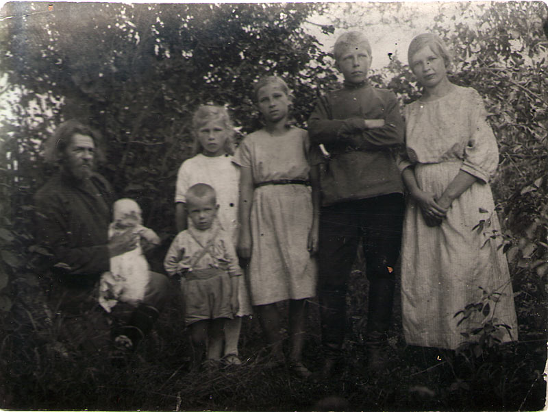 отец-Василий-с-детьми