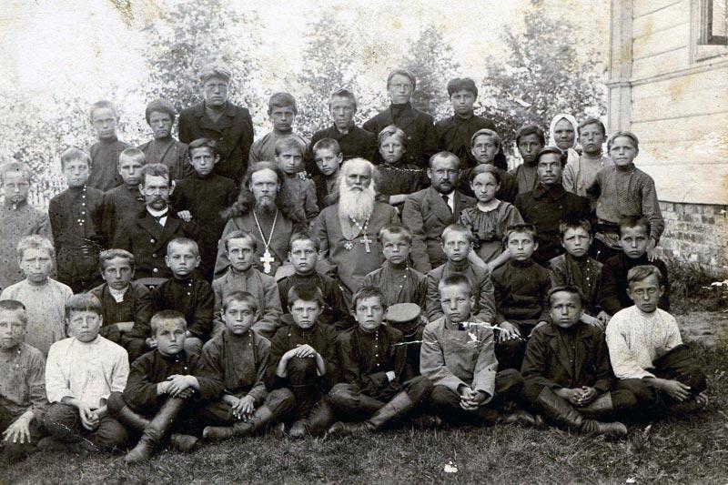 Учителя и ученики Андреевской школы с протоиерем Николаем Флоринским (около 1909 г.)