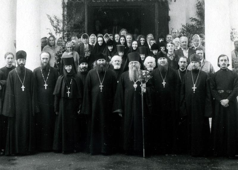 Диакон Митрофан (в центре во 2 ряду) среди духовенства у Троицкого собора монастыря. Праздник Троицы 1994 год