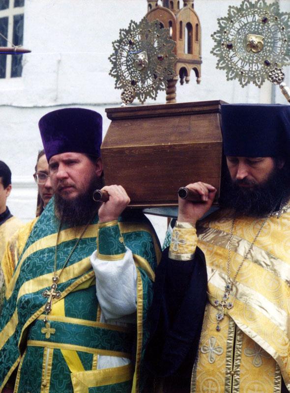 1995 год, крестный ход с мощами преп. Корнилия в день его памяти. Прот. Георгий Запольнов и иг. Порфирий