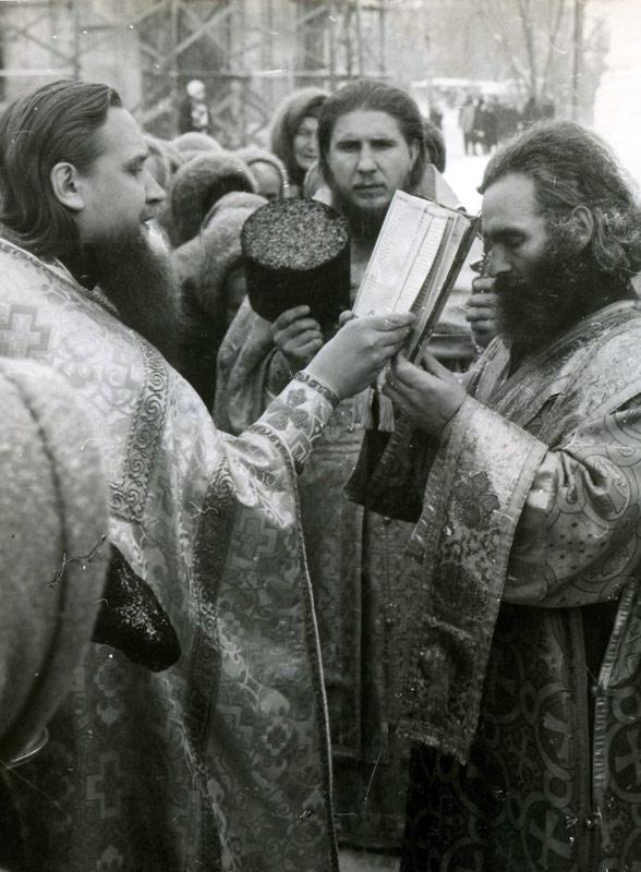 1988 год, крестный ход у Троицкого собора, свящ. Георгий Запольнов в центре. Слева - архим. Юстиниан (Саган), справа - диакон Стахий Минченко.