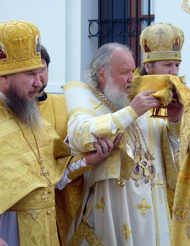 Прот. Георгий с Патриахом Кириллом на освящении храма в Махрищском монастыре. Июль 2010 г.
