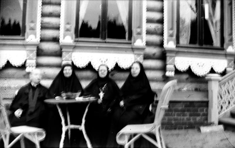 игумения-Евфрасия-с казначеей и благочинной в-Крутце-у-дома-Зубовых-1903