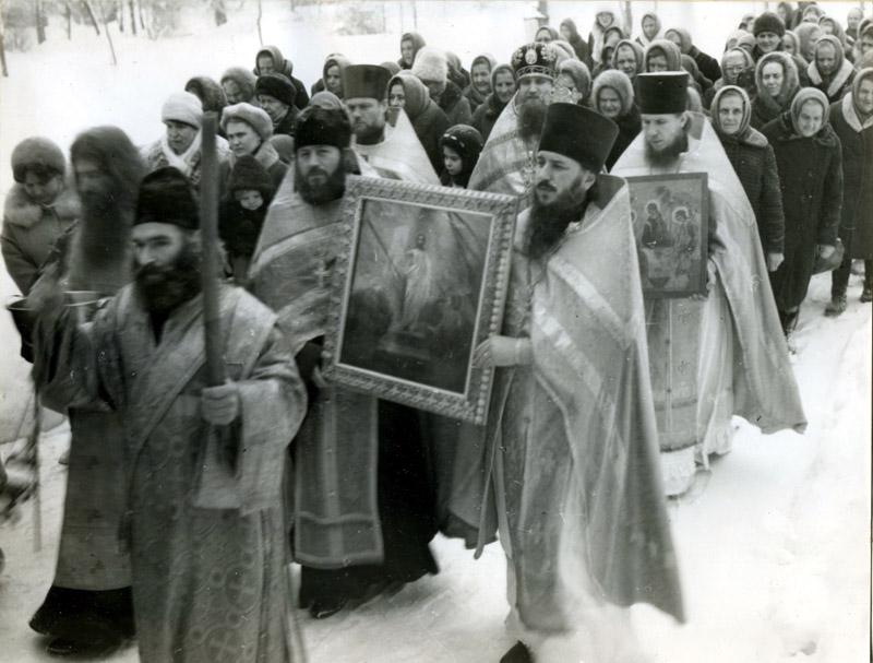 Священник Александр Алешин (с иконой Воскресения справа)