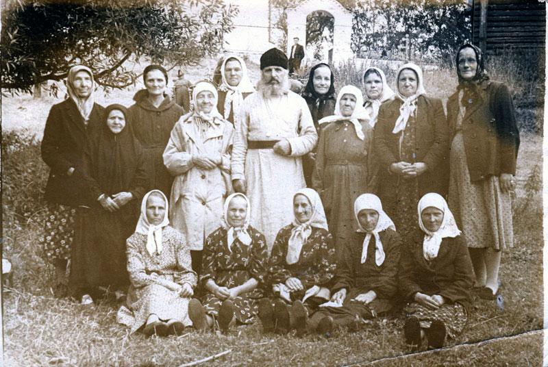 Священник Николай Сушко с моанхинями и прихожанками. Село Ильинское Киржачского р-на