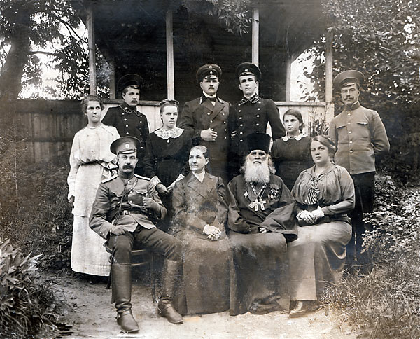 Семья протоиерея Николая Флоринского, фото ок. 1914 г. Сидит справа жена священика Феодора Делекторского Антонина Николаевна, в верхнем ряду третья слева - их дочь Лидия
